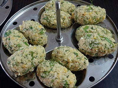 arrange nuchinunde or nucchinunde dumplings on idli plate